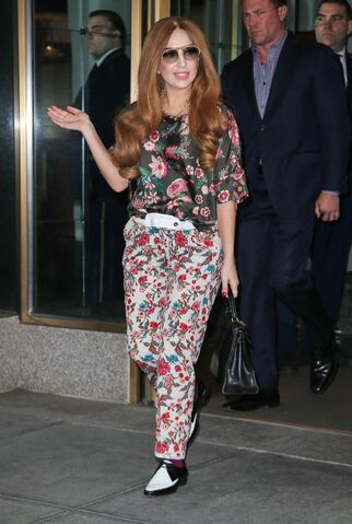 File:4-1-14 Leaving her apartment in NYC 003.jpg