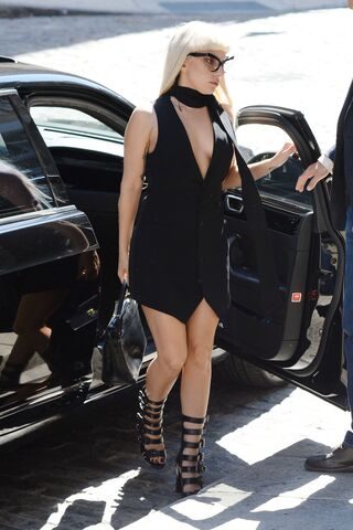 File:9-15-15 Arriving at V Magazine Building in NYC 001.jpg