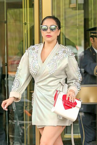 File:5-5-15 Leaving her apartment in NYC 003.jpg