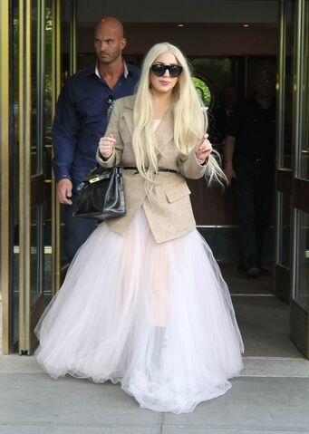 File:5-25-14 Leaving her apartment in NYC 001.JPG