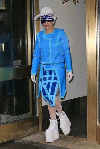 File:3-28-14 Leaving her apartment in NYC 002.jpg