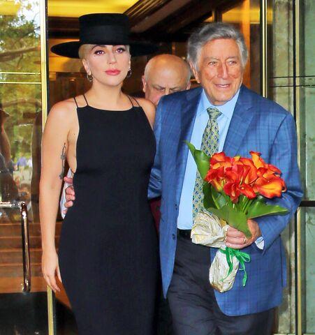 File:8-3-16 Leaving Tony Bennett's apartment in NYC 001.jpg