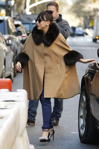 File:12-4-14 Arriving at her apartment in NYC 001.jpg