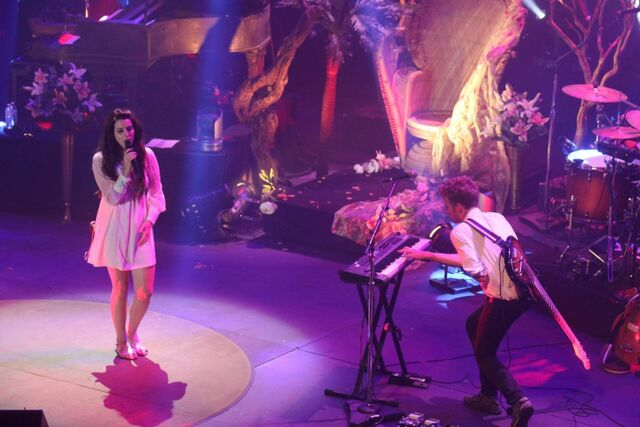 File:Lana-del-rey-performs-at-shrine-auditorium-and-expo-hall-in-los-angeles 4.jpg