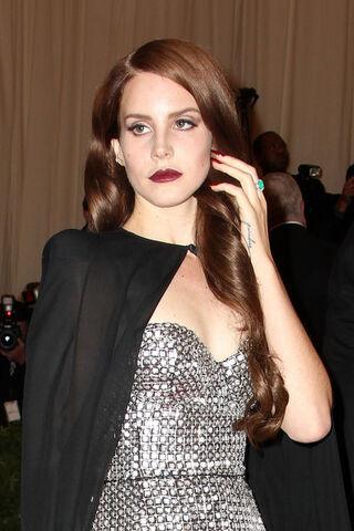 File:Lana+Del+Rey+Celebs+Red+Carpet+Met+Gala+NYC+ZmftAdOriz7l.jpg