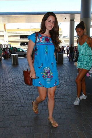 File:Lana-del-rey-at-lax-airport-in-los-angeles-2208 5.jpg