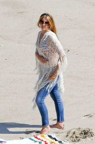 File:Lana-del-rey-bikini-body-beach-05.jpg