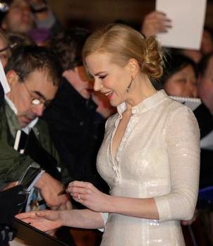 File:Nicole Kidman signingautographs.PNG