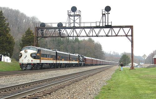 File:NS officer train.jpg