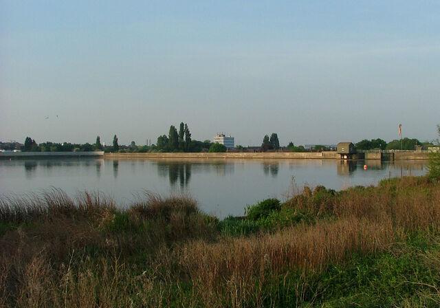 File:Brent reservoir dam.jpg