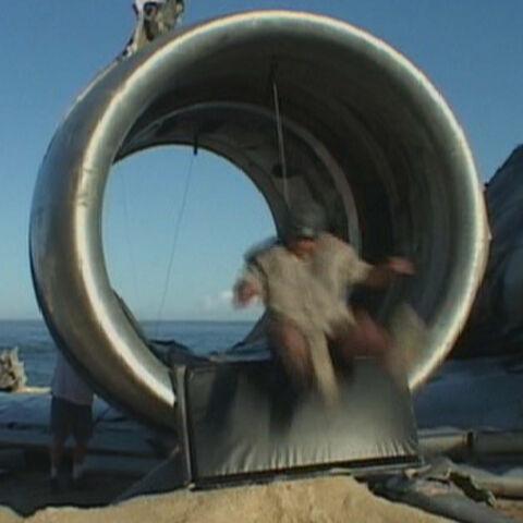 Torres fazendo o dublê do homem turbina em um aparelho pneumático em