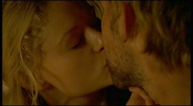 Ficheiro:2x24-Claire Kissing Charlie.jpg