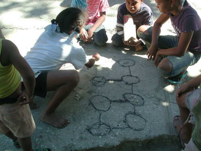 File:Children playin hoyito in Neiba.jpg