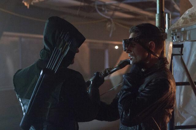 File:Arrow TV Series Episode Lone Gunmen 001.jpg