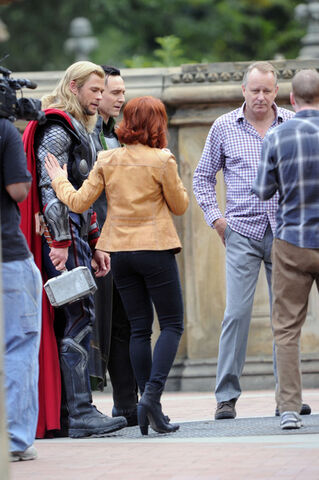 File:Chris+Hemsworth+Loki+Stars+Set+Avengers+NYC+D1nj1dudAjql.jpg