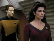 Data e Troi (clues)