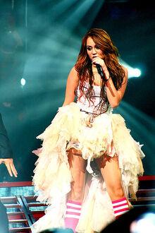 400px-Miley Cyrus Wonder World concert at Auburn Hills 06