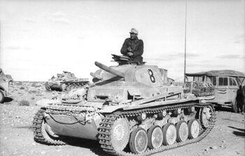 Bundesarchiv Bild 101I-783-0110-12, Nordafrika, Panzer II, Kraftfahrzeuge