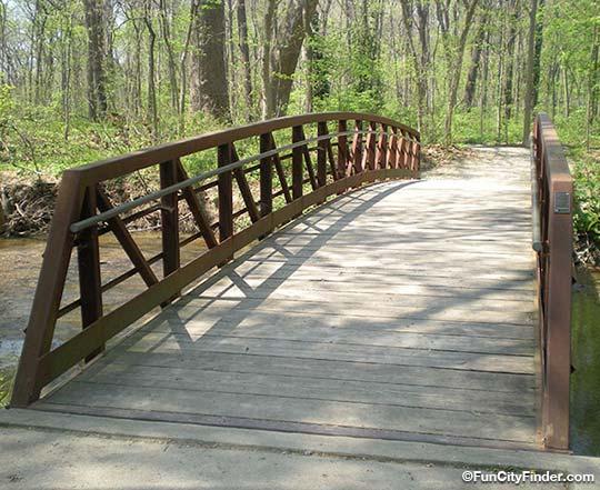 File:Bridge-over-creek-Flowing-Well-Park-540.jpg