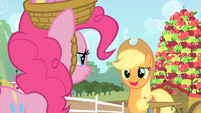 Applejack nervously chuckle S1E25