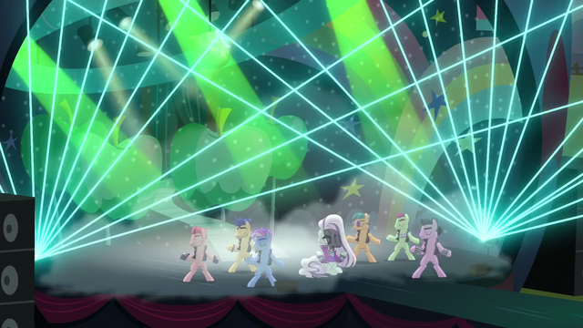 "File:Coloratura sings ""Razzle dazzle"" while moving her head S5E24.png"