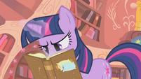 Twilight pillowfight S1E8