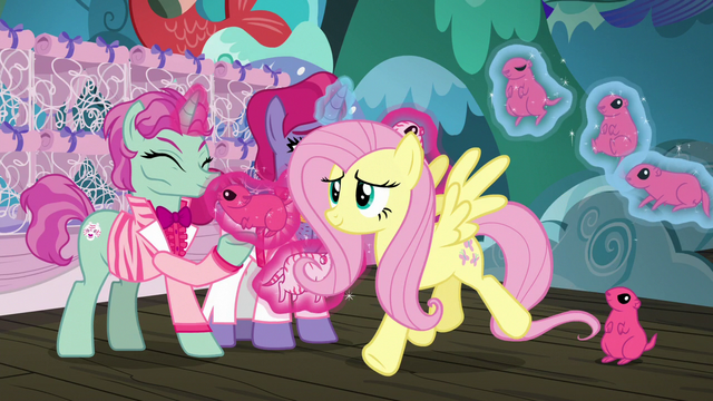 File:Fluttershy catching up with Applejack S6E20.png