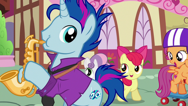 File:Scootaloo compliments Bluenote on his saxophone S6E19.png