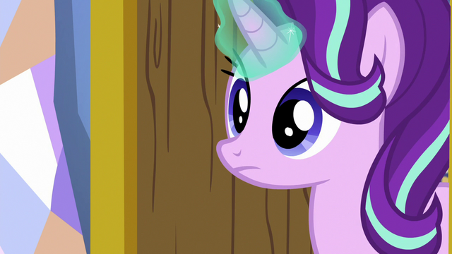 File:Starlight opens her bedroom door S7E1.png