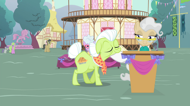 File:Granny Smith walking to Mayor S4E13.png