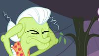 Granny Smith plugs her ears S3E8