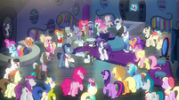 Manehattan ponies pleased with the grand opening S6E9