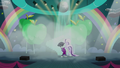 Coloratura on the stage while performing her song S5E24.png