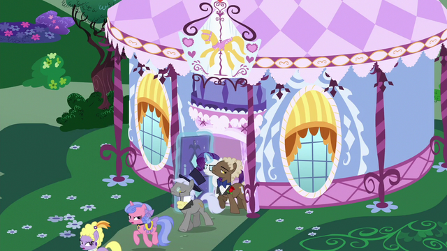 File:Rarity kicks high-society ponies out of the boutique S6E14.png