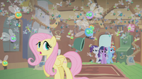 A bowl flies past Fluttershy S01E10