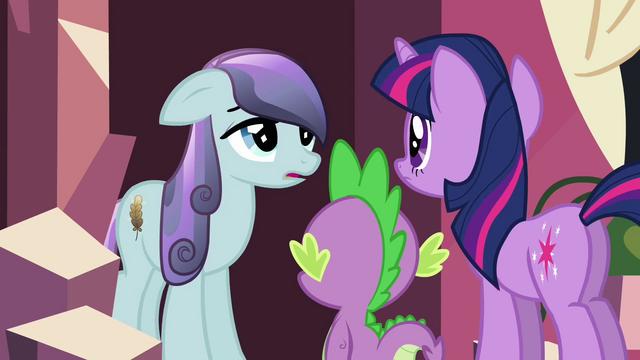 Arquivo:Twilight interviews a Crystal Pony S3E1.png