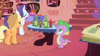 Spike reaches for hot sauce bottle S1E01