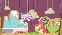 Sweetie Belle hopping S4E05