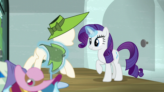 File:Rarity continues setting up the window display S6E9.png