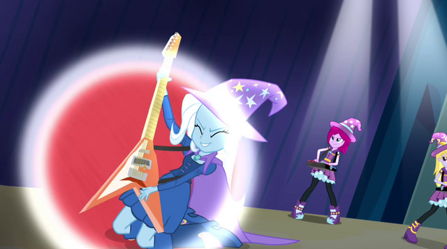 File:Trixie and the Illusions performing (new version) EG2.png