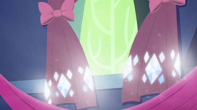 File:Rarity's blinding curtain jewels S5E3.png