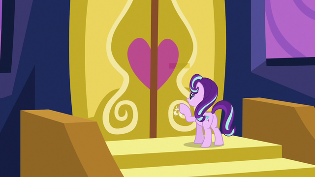 File:Starlight Glimmer knocks on the doors again S6E25.png