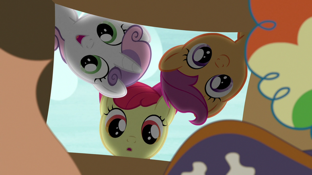File:Cutie Mark Crusaders look in the box of costumes S7E8.png
