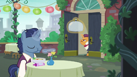 Patron and waiter at Cantering Cook restaurant S6E3