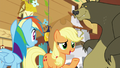 """Applejack """"happy to offer my extra hooves"""" S7E5.png"""