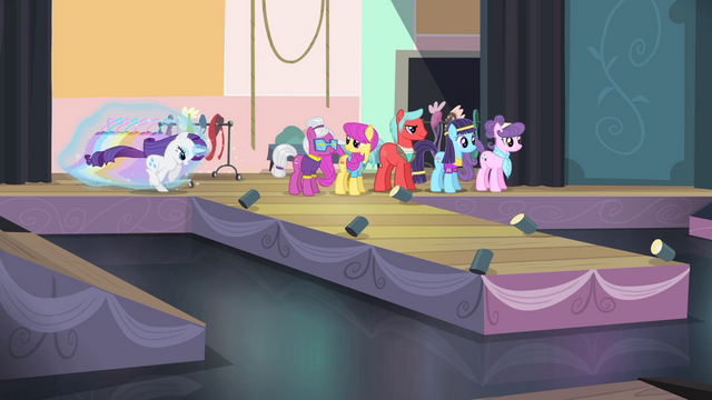 File:Rarity rushing onto stage S4E08.png