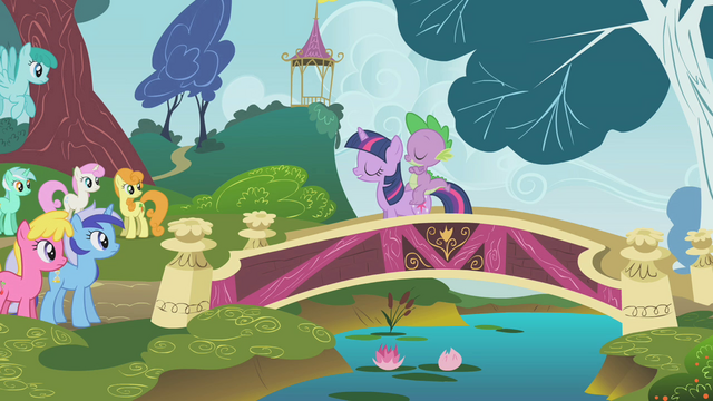 File:Twilight addresses the crowd of ponies S1E07.png