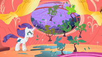 Rarity turns tree into topiary S1E08