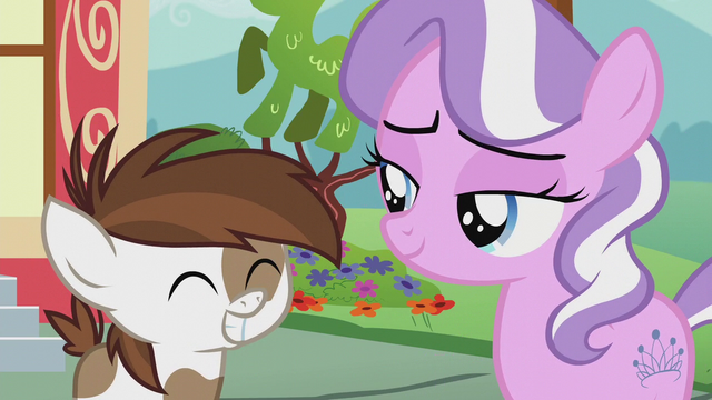 File:Pipsqueak gives Diamond a big grin S5E18.png