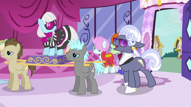 File:Hoity Toity enters Carousel Boutique S7E9.png